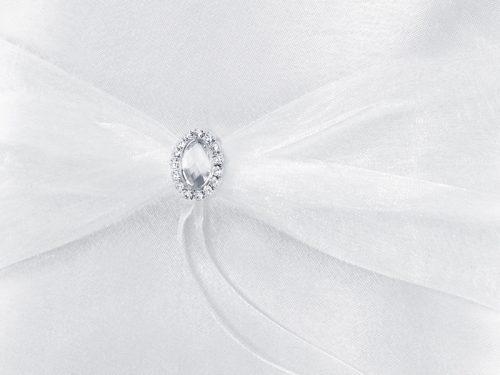 Cuscino portafedi bianco con ciondolo tondo